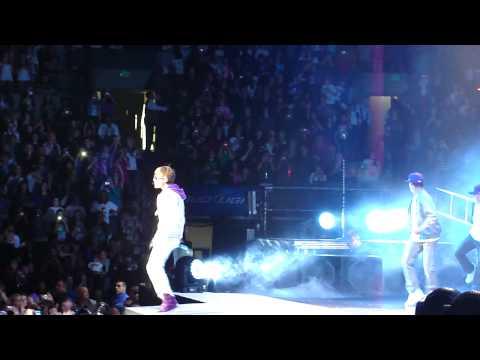 Intro + Love Me - Justin Bieber [TD Garden, 11/16/10]