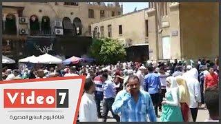 رغم حرارة الجو .. زيادة أعداد المحتفلين بالعيد أمام مسجد الحسين