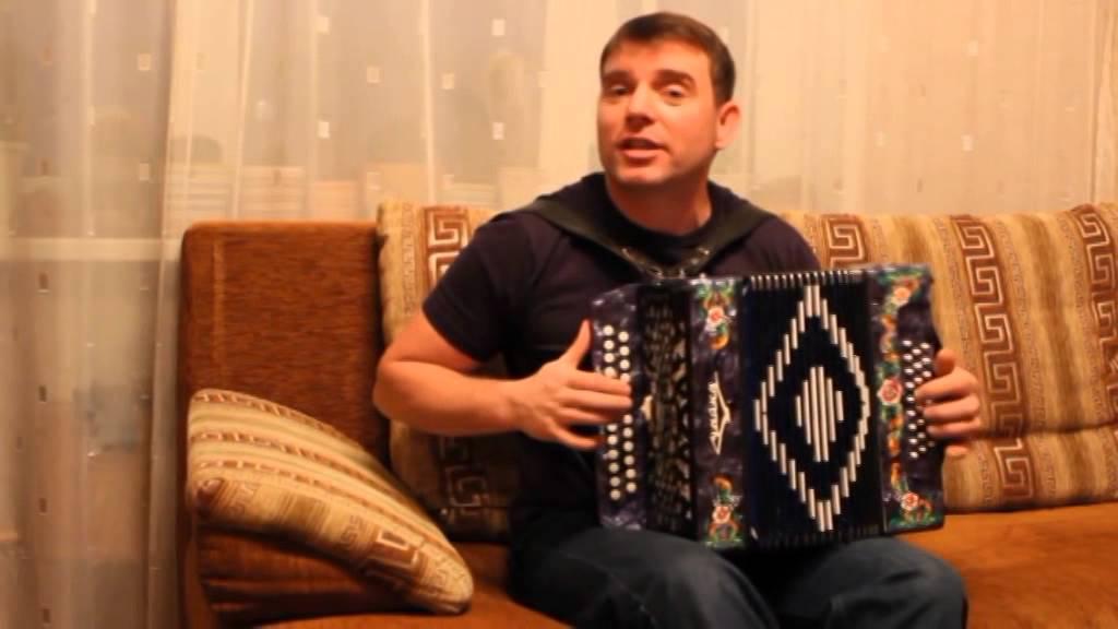 Песни под гармошку поет Алексей