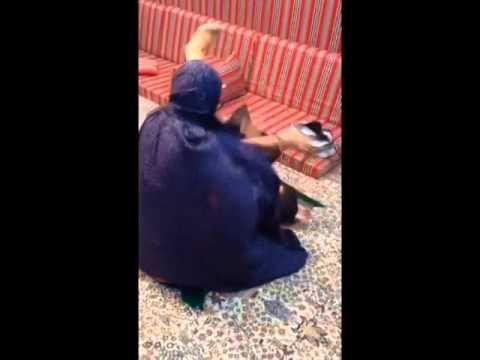 تقليد لمن الولد يجي ياخذ من شنطت امه فلوس وهي تصلي