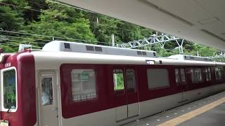 終端駅の湯の山温泉駅を出発する近鉄湯の山線上り1000系