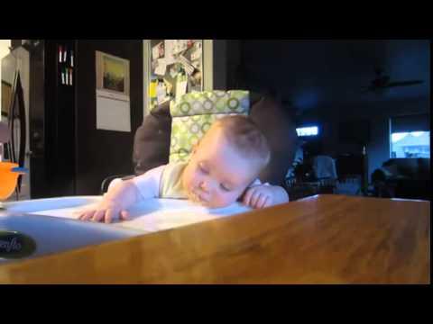 Cok komik yemek yerken uyuyan bebek
