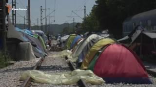 Греция начала эвакуацию лагеря мигрантов в Идомени(Власти Греции приступили к выселению мигрантов из стихийного лагеря Идомени на границе с Македонией. Перв..., 2016-05-24T10:37:47.000Z)