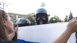 Девушка с флагом и ОМОН. Протесты в Москве