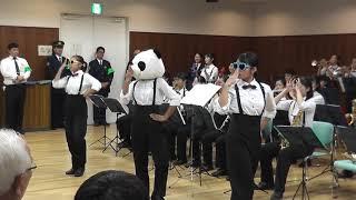 伏見区役所で行われた演奏(2年生)と大手筋商店街で行われた パレード(...