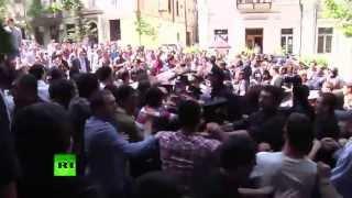 Противники гей-парада в Тбилиси подрались с полицией
