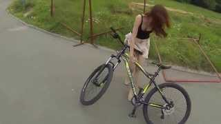 Юбка опасна на велопрогулке!