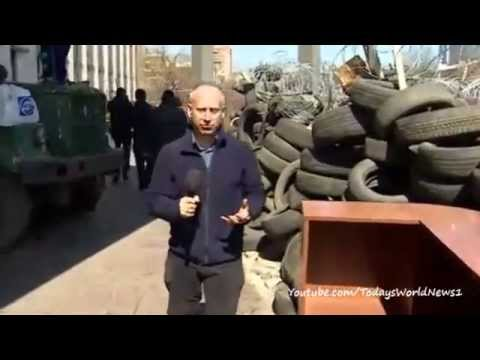 Pro-Russian protesters build barricades at Donetsk city hall