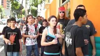 Fila na playteck para pegar autógrafo de DJ Ashba do Guns N