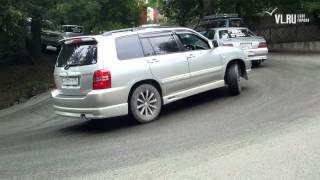 VL ru Буксуют машины в районе Набережной Цесаревича(, 2015-08-11T16:29:41.000Z)