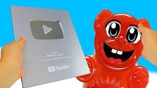 Lucky Bär und sein silberner Youtube Playbutton
