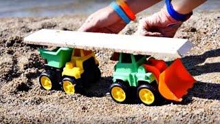 Развивающее видео для детей. Играем на пляже с машинками. Строим детскую площадку.