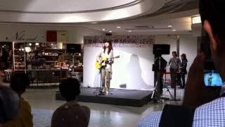 2010年10月23日。ももちひろこのデビュー前ミニライブです。博多駅のど...