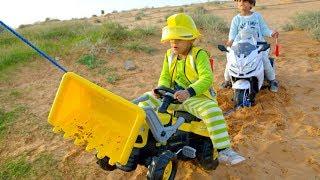 زياد يقود الحفارة ويساعد الياس\Zyad ride on Excavator help little Elias