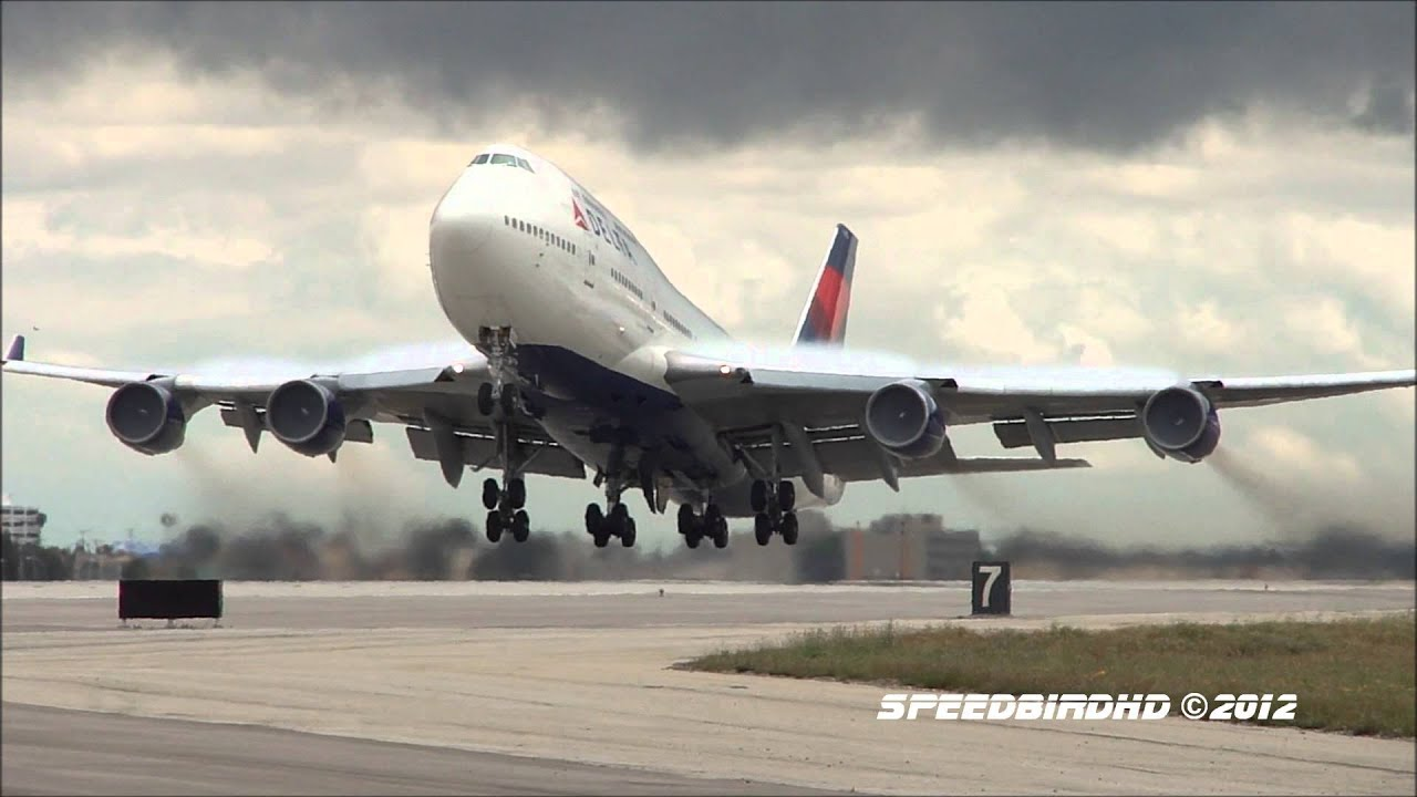 Delta Airlines Boeing 747 451 N670us Takeoff To Tokyo