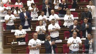 Ծափահարություններ՝ ի աջակցություն կալանավորված անձանց. «Հայաստան» դաշինքի ակցիան ԱԺ-ում