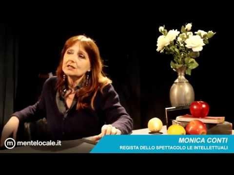 La regista Monica Conti presenta una scena dello spettacolo Le Intellettuali al Teatro Sala Fontana
