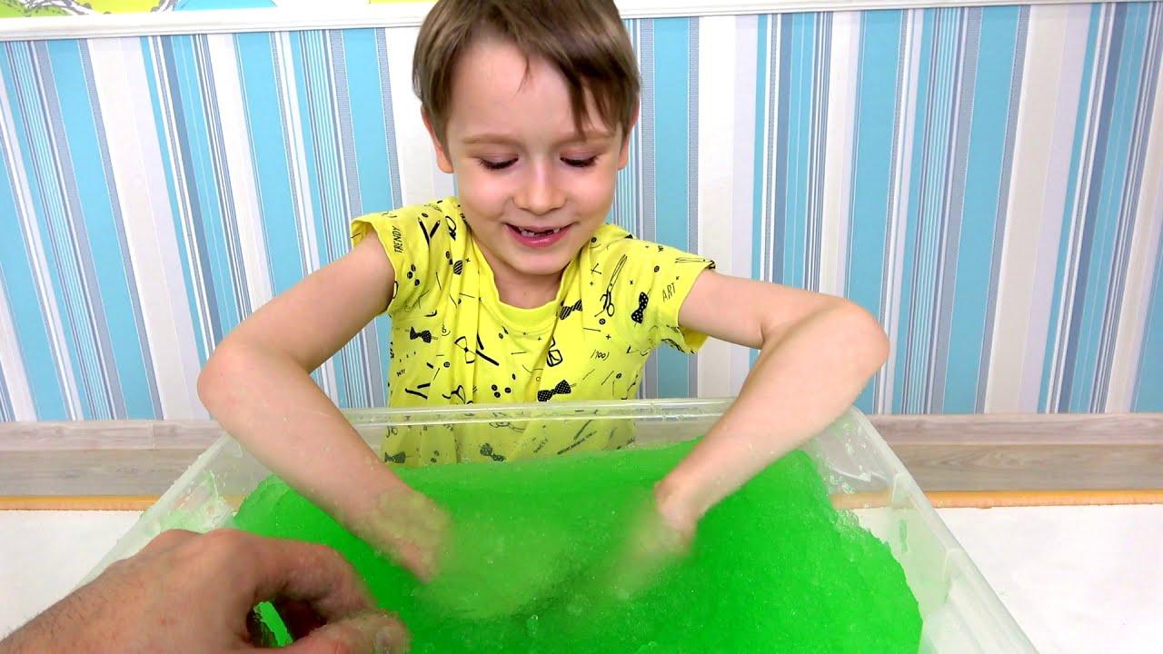 Макс ищет игрушки из мультиков в слайме видео про игрушки для детей