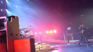 Gambar cover Queen - Another One Bites The Dust - Adam Lambert - Hallenstadion live 19. Feb 2015 Zürich