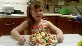 Кира Канапушкина-поваренок. Готовлю салат для любимого папы.