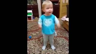 Весёлый тараканчик танцует под песню в его честь:)