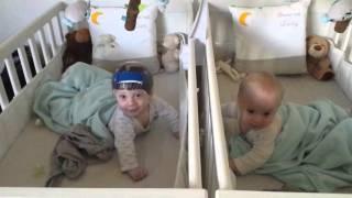 Bébés jumeaux qui discutent ( Lenny et Liam 6mois )