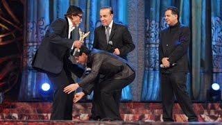 Video SRK Touches Amitabh And Jaya's Feet download MP3, 3GP, MP4, WEBM, AVI, FLV Juni 2018