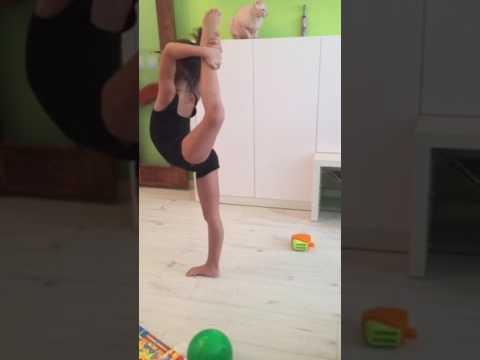 Учимся делать затяжку . Художественная гимнастика дети. Зарина 5 лет