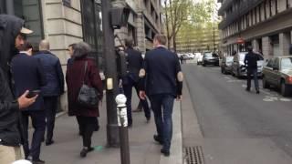 Macron il se prend la tété avec un employé  dans le 19eme Paris