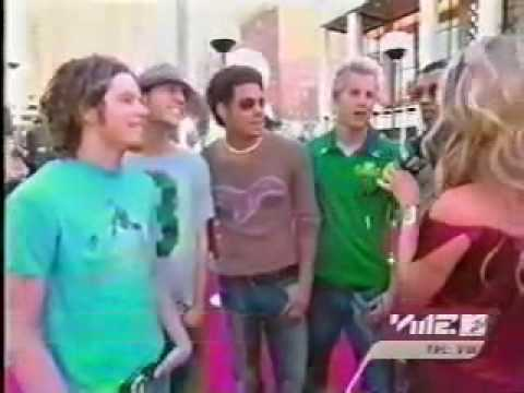 Nick ignores Willa Ford on the red carpet of VMAS 2001
