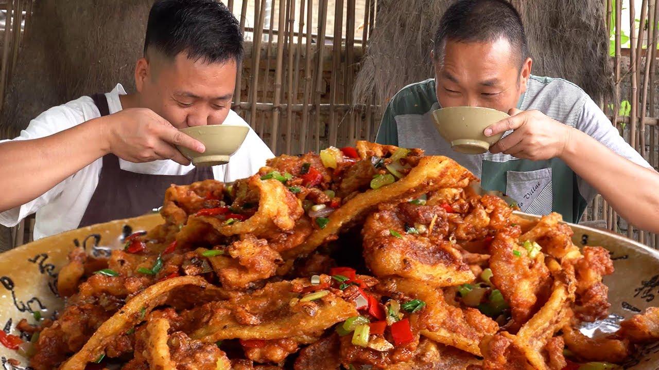 """兩兄弟今天吃""""蒜香五花肉"""",先醃製入味再炸酥,下酒真是一絕【鐵鍋視頻】"""