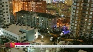 Кран упал на дом в Екатеринбурге(В Екатеринбурге стрела башенного крана рухнула на пятиэтажный дом. Погиб машинист крана. Повреждены крыша..., 2016-02-26T18:26:22.000Z)