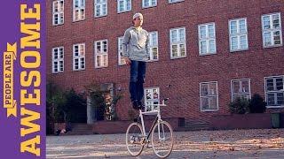 El face arta din mersul pe bicicleta! UIte ce poate face!