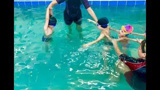 Дети в 4 года плывут под водой-Обучение плаванию в бассейне в Минске для детей(Курсы,Секция,занятия)