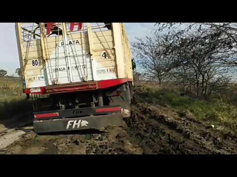 Complicado en el barro con camión de acienda