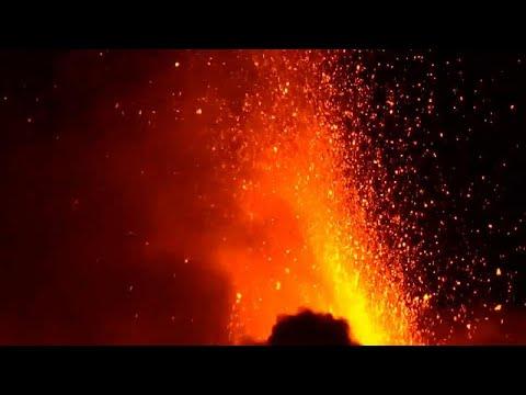 بالفيديو.. مشاهد مثيرة لثوران بركان إتنا في إيطاليا  - نشر قبل 3 ساعة