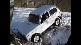 niva stuck in snow , niva off road in snow