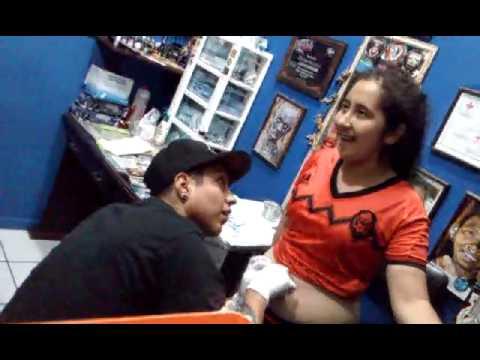 Niña se desmaya por piercing en el ombligo-Pro Revolución reggae piercings y tatuajes