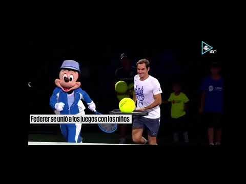 Federer divirtiendose con Mickey Mouse