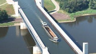 Магдебургский водный мост — Wasserstraßenkreuz Magdeburg(Очень интересный инженерный проект в Германии. Водный мост над рекой. По мосту ходят суда и баржи. Сайт:..., 2015-01-16T11:51:13.000Z)