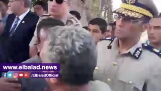 محافظ الشرقية يقبل رأس والد شهيد الشيخ زويد: ابنك فى الجنة.. فيديو وصور