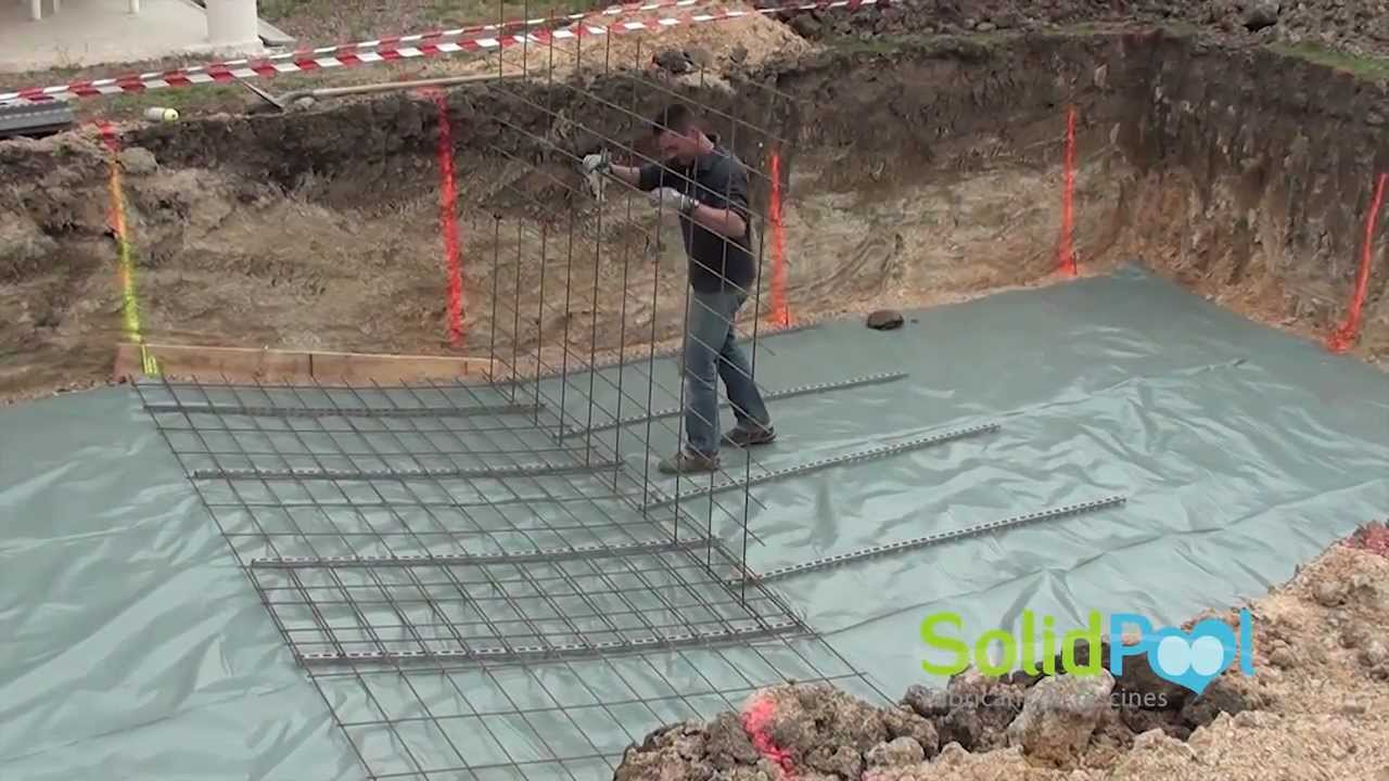 Construction piscine coulage de la pente compos e d for Comparatif piscine coque ou beton