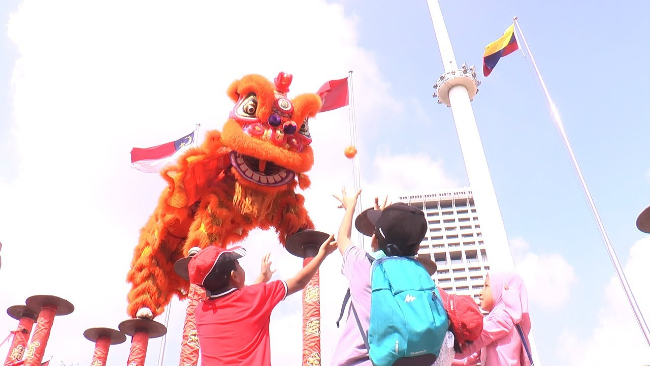 Lion dance to meet and greet tourists