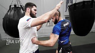 Нокаутер Бетербиев учит бить Бойца из Морга / Советы чемпиона мира по боксу