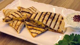 Kıymalı, peynirli sıcak lavaş sandviç ve roka dip sos - Kolay ve lezzetli bir tarif