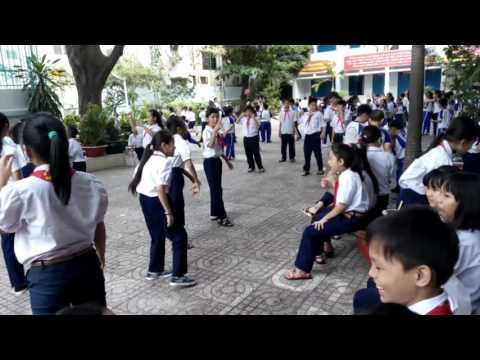 Trường tiểu học giờ ra chơi - vui chơi tại trường em