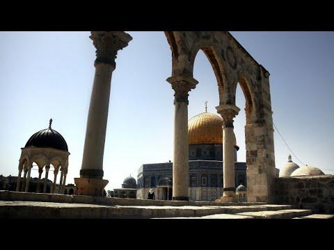 آلاف الفلسطينيين يصلون خارج باحة المسجد الأقصى في القدس