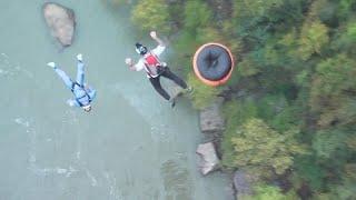 """شاهد: الإثارة والإستمتاع بالقفز من على الجسر في مهرجان """"بريدج داي""""…"""