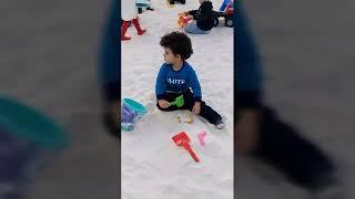 Çağan kum havuzunda eğleniyor