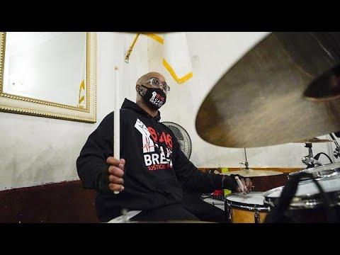 شاهد: ألبوم غنائي يندد بالعنصرية ضد السود في أمريكا وشقيق جورج فلويد أحد المشاركين…  - 14:00-2021 / 3 / 2